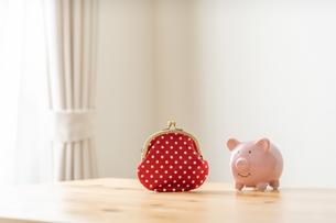 財布と貯金箱の写真素材 [FYI04690776]