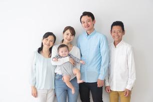 3世代家族の写真素材 [FYI04690842]