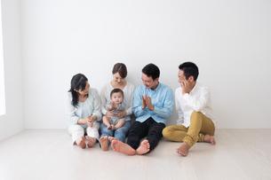 3世代家族の写真素材 [FYI04690844]