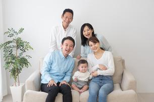 3世代家族の写真素材 [FYI04690848]