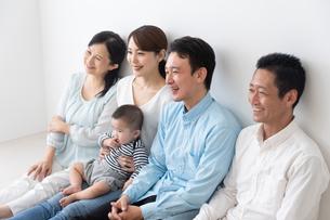 3世代家族の写真素材 [FYI04690852]