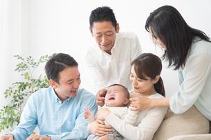 3世代家族の写真素材 [FYI04690886]