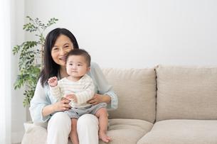 祖母と赤ちゃんの写真素材 [FYI04691021]