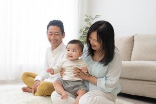 祖父母と赤ちゃんの写真素材 [FYI04691033]
