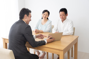 ビジネスマンとシニア夫婦の写真素材 [FYI04691129]