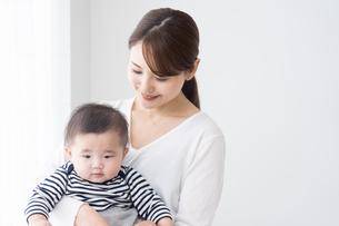 母親と赤ちゃんの写真素材 [FYI04691150]