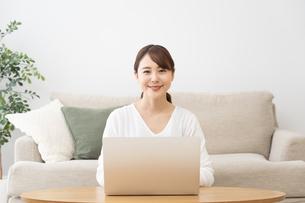 日本人女性の写真素材 [FYI04691245]