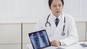 日本人男性医師の写真素材 [FYI04692040]