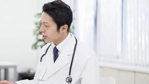 日本人男性医師の写真素材 [FYI04692052]