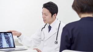 男性医師と患者の写真素材 [FYI04692056]