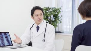 男性医師と患者の写真素材 [FYI04692065]