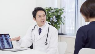 男性医師と患者の写真素材 [FYI04692068]