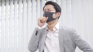 マスク姿のビジネスマンの写真素材 [FYI04692165]