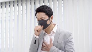 マスク姿のビジネスマンの写真素材 [FYI04692169]