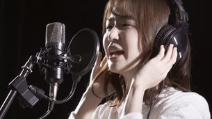 女性ボーカルの写真素材 [FYI04692196]