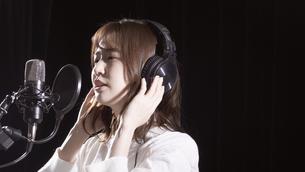女性ボーカルの写真素材 [FYI04692200]