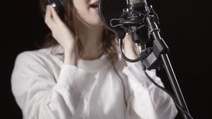 女性ボーカルの写真素材 [FYI04692201]