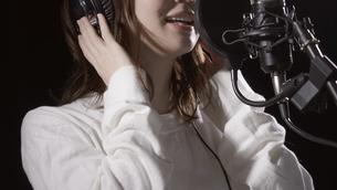 女性ボーカルの写真素材 [FYI04692203]