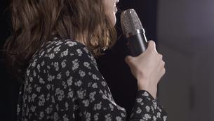 女性ボーカルの写真素材 [FYI04692231]