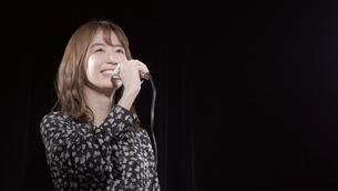 女性ボーカルの写真素材 [FYI04692233]