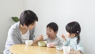 食事をする子供の写真素材 [FYI04692561]