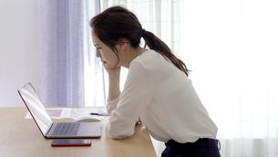 悩む日本人女性の写真素材 [FYI04693013]