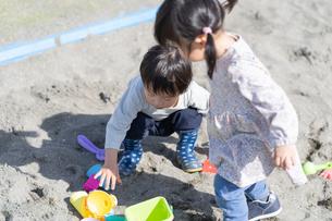 遊ぶ子供の写真素材 [FYI04693323]