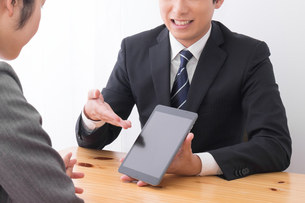 打ち合わせをするビジネスマンとビジネスウーマンの写真素材 [FYI04693511]