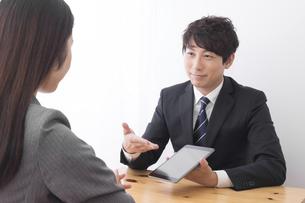 打ち合わせをするビジネスマンとビジネスウーマンの写真素材 [FYI04693516]