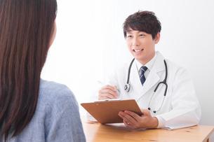 男性医師と患者の写真素材 [FYI04693536]
