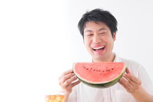 スイカを食べる男性の写真素材 [FYI04693565]
