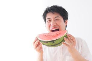 スイカを食べる男性の写真素材 [FYI04693572]