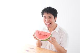 スイカを食べる男性の写真素材 [FYI04693573]