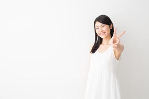 日本人女性の写真素材 [FYI04694286]