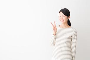 日本人女性の写真素材 [FYI04694455]