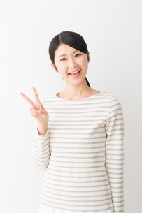 日本人女性の写真素材 [FYI04694456]