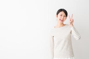 日本人女性の写真素材 [FYI04694460]