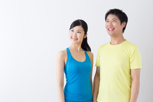 スポーツ着姿の男性と女性の写真素材 [FYI04695275]