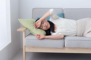 ソファに横たわるビジネスウーマンの写真素材 [FYI04696035]