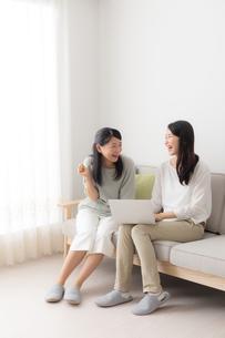 2人の日本人女性の写真素材 [FYI04696085]