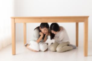 避難する女性の写真素材 [FYI04696114]