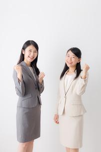 2人の日本人ビジネスウーマンの写真素材 [FYI04696125]