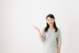 日本人女性の写真素材 [FYI04696220]