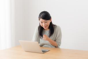 日本人女性の写真素材 [FYI04696399]