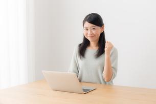 日本人女性の写真素材 [FYI04696409]