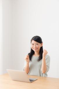 日本人女性の写真素材 [FYI04696413]