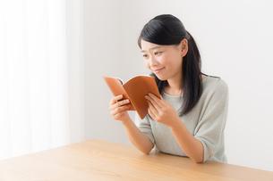 日本人女性の写真素材 [FYI04696476]