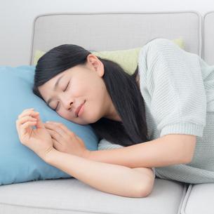 ソファに横たわる女性の写真素材 [FYI04696564]