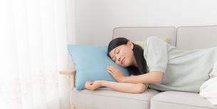 ソファに横たわる女性の写真素材 [FYI04696572]