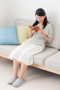 日本人女性の写真素材 [FYI04696573]
